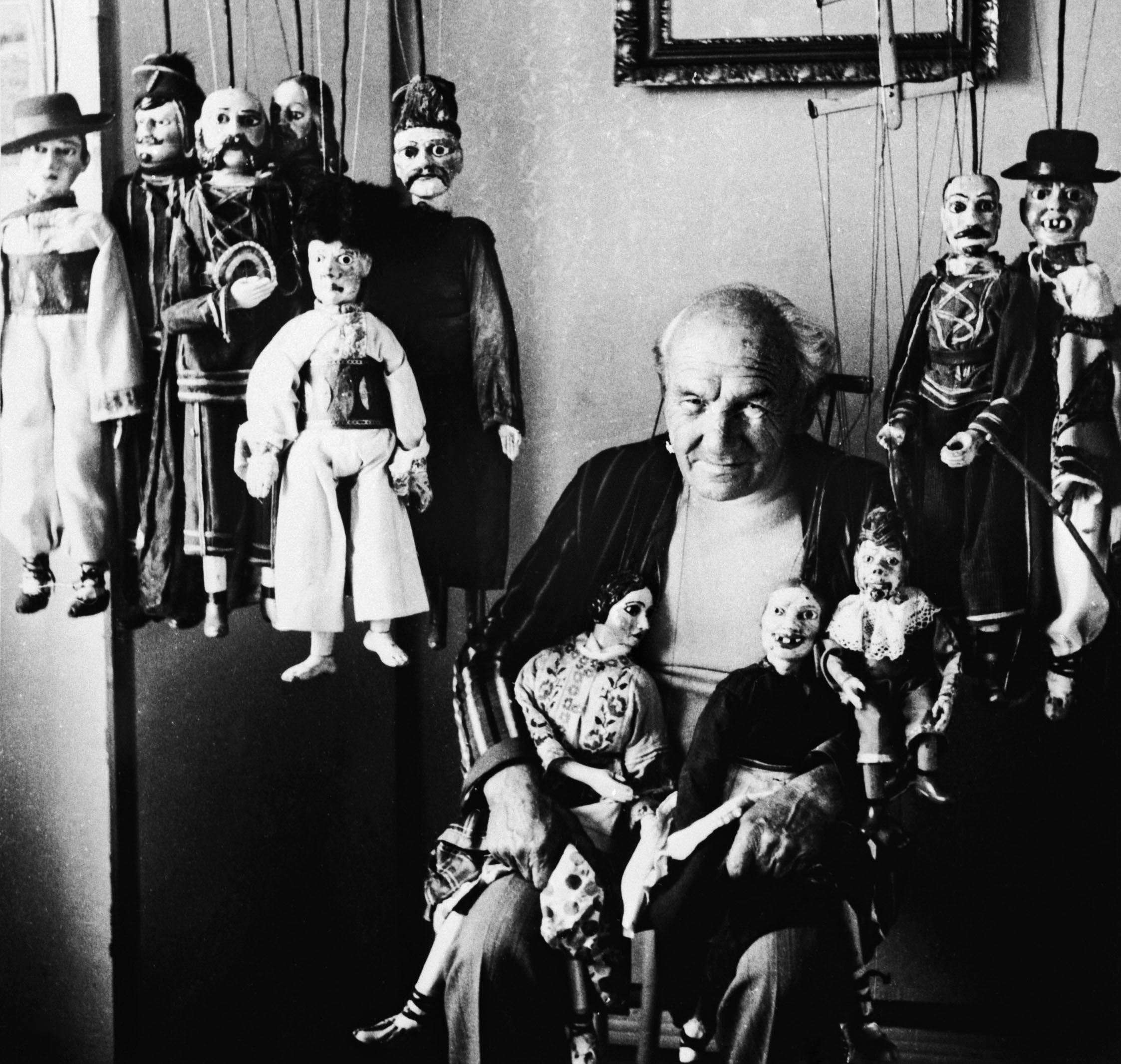 babkar-rudolf-fabry-1913-1992-so-svojimi-babkami-od-rezbara-frantiska-ilcika-1909-1972-z-piargu-druha-polovica-20-stor-foto-anton-anderle-archiv-sctk